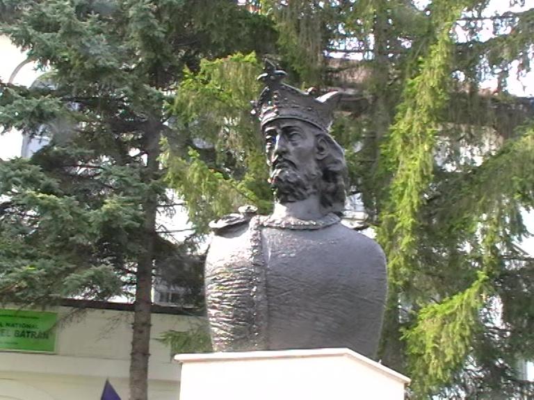 Mircea cel Bătrân, bust bronz executat de Ivan Jinaru, Colegiul Mircea cel Bătrân, 18 sept. 2020