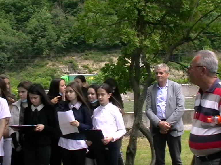 Nicu Cismaru, Emil Popa și copiii Sc. Gen. Șerban Vodă Cantacuzino, Călimănești, 15 06 21, foto S. P.