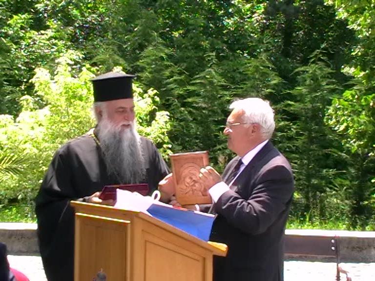 Mircea Perpelea îl premiaza pe IPS Varsanufie