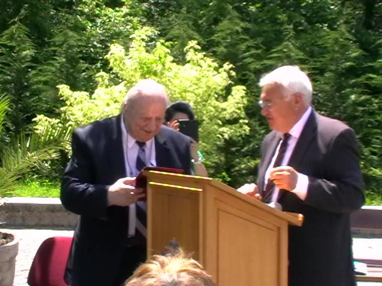 Mircea Perpelea îl premiază pe Ioan Barbu